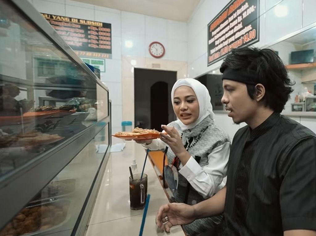 Atta Halilintar dan Aurel Asyik Makan di Warteg hingga Borong Nasi Bungkus