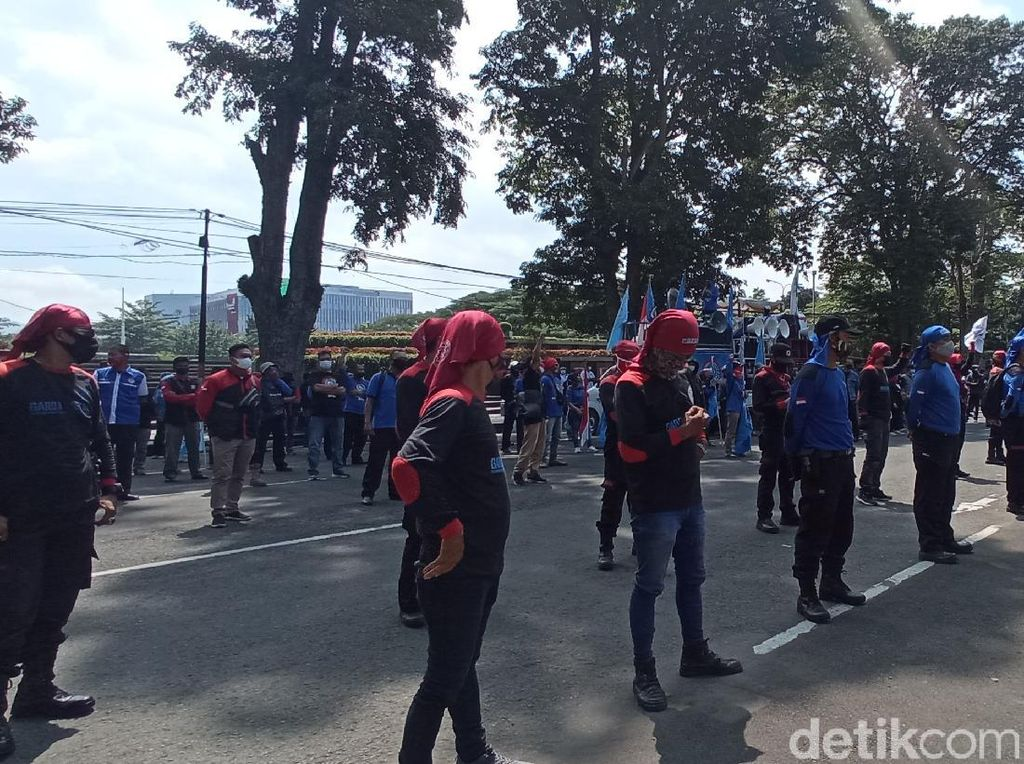 Buruh di Bandung Geruduk Gedung Sate, Massa Saling Ingatkan Prokes