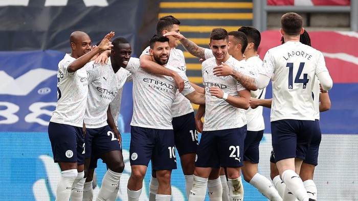 LONDON, ENGLAND - MAY 01: Sergio Aguero of Manchester City celebrates with teammates after scoring his teams first goal during the Premier League match between Crystal Palace and Manchester City at Selhurst Park on May 01, 2021 in London, England. Sporting stadiums around the UK remain under strict restrictions due to the Coronavirus Pandemic as Government social distancing laws prohibit fans inside venues resulting in games being played behind closed doors. (Photo by Clive Rose/Getty Images)