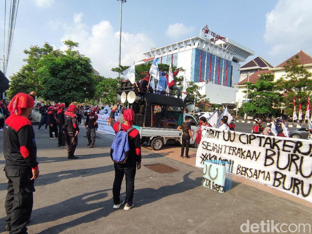 Hari Buruh di Semarang: Demo, Bagi Sembako hingga Vaksinasi
