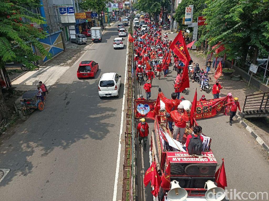 Teriakan Lantang Hidup Buruh! Menggema di Karawang