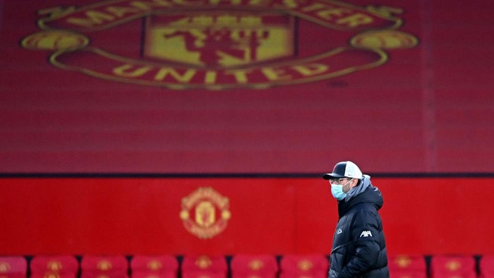 MANCHESTER, ENGLAND - JANUARY 24: Jurgen Klopp, Manager of Liverpool looks on prior to The Emirates FA Cup Fourth Round match between Manchester United and Liverpool at Old Trafford on January 24, 2021 in Manchester, England. Sporting stadiums around the UK remain under strict restrictions due to the Coronavirus Pandemic as Government social distancing laws prohibit fans inside venues resulting in games being played behind closed doors. (Photo by Laurence Griffiths/Getty Images)