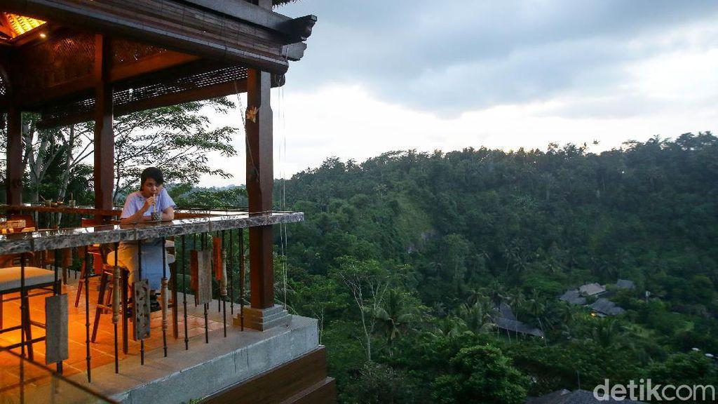 Menikmati Sunset dari Ambar at Mandapa Bali