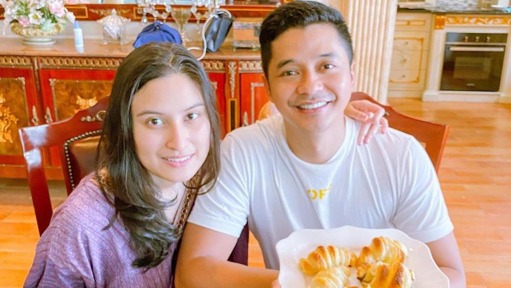Momen Manis Adly Fairuz Saat Makan Bareng Istri dan Keluarga