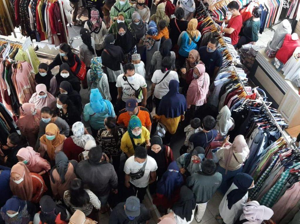 Pasar Tanah Abang Ramai Jelang Lebaran, Pengunjung Berdesak-desakan
