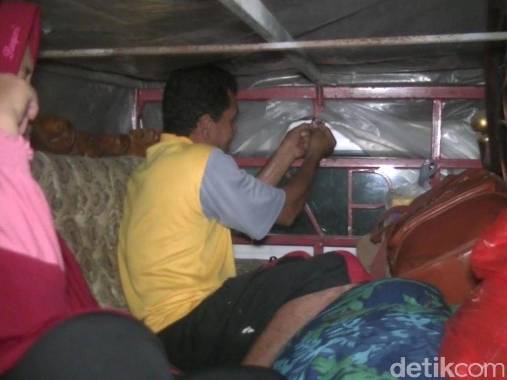 Pemudik Pakai Mobil Pikap Ditutup Terpal Melintas Pantura Subang