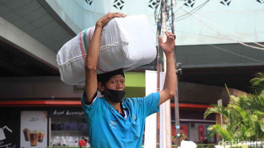 Potret Buruh Panggul di Pasar Tanah Abang