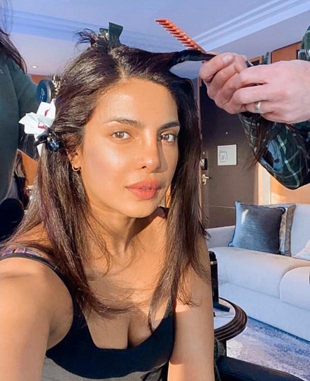 Priyanka Chopra saat melakukan perawatan rambut (foto: instagram.com/priyankachopra)