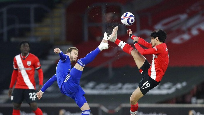 Leicesters James Maddison, left, and Southamptons Takumi Minamino challenge for the ball during the English Premier League soccer match between Southampton and Leicester City at St. Marys Stadium in Southampton, England, Friday, April 30, 2021. (AP Photo/Kirsty Wigglesworth, Pool)