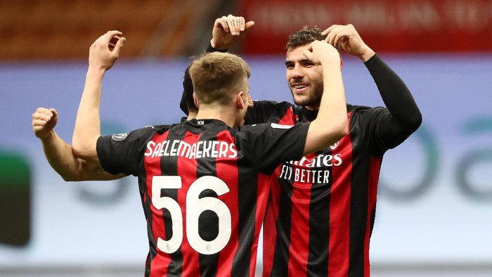 MILAN, ITALY - MAY 01: Theo Hernandez of A.C. Milan celebrates with Alexis Saelemaekers after scoring their sides second goal during the Serie A match between AC Milan and Benevento Calcio at Stadio Giuseppe Meazza on May 01, 2021 in Milan, Italy. Sporting stadiums around Italy remain under strict restrictions due to the Coronavirus Pandemic as Government social distancing laws prohibit fans inside venues resulting in games being played behind closed doors.  (Photo by Marco Luzzani/Getty Images)