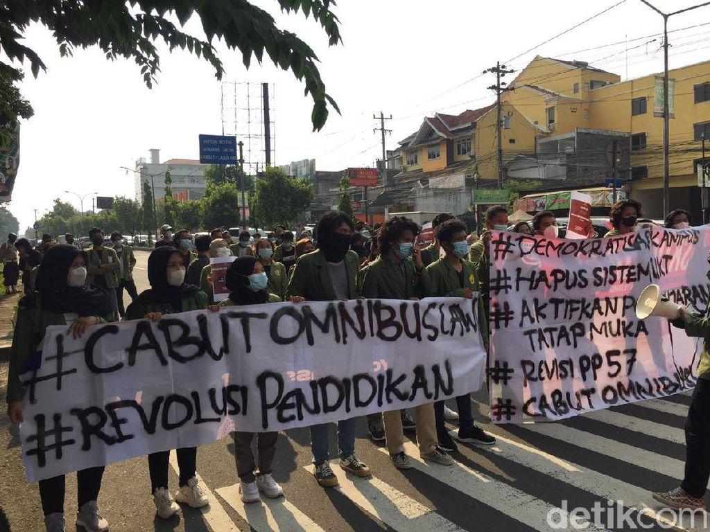 Peringati Hari Pendidikan, Massa Gelar Aksi Seminar Jalanan di Yogya