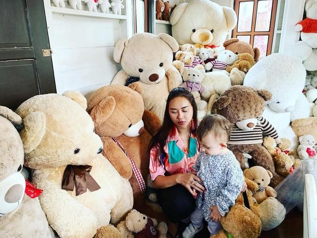 Aura Kasih bermain boneka bersama putri kecilnya/instagram.com/aurakasih