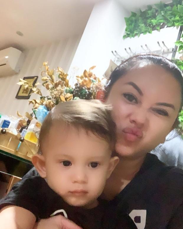 Aura Kasih selfie bersama buah hatinya/instagram.com/aurakasih