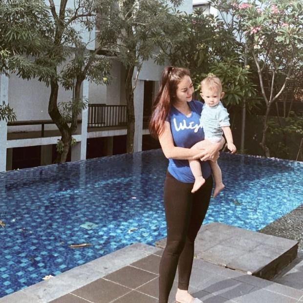 Aura Kasih berpose dekat kolam renang bersama Arabelle/instagram.com/aurakasih