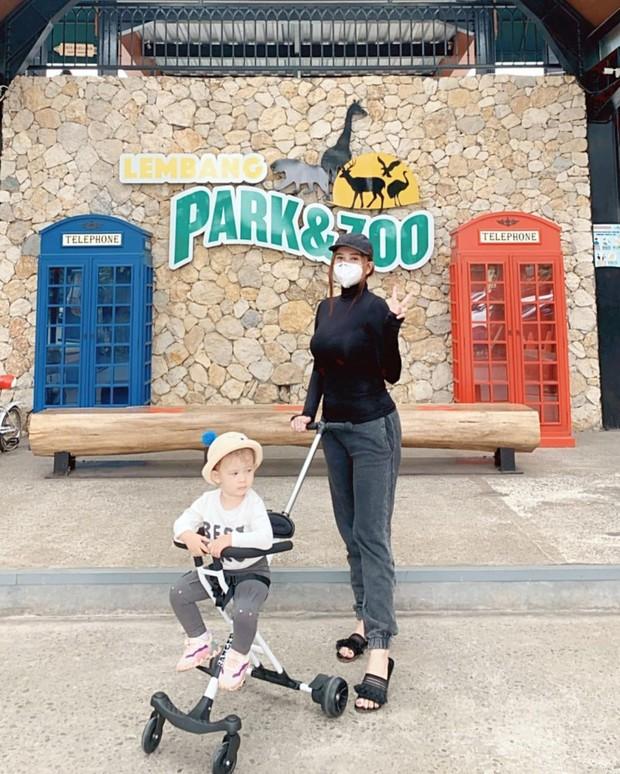 Aura Kasih dan Arabelle mengunjungi kebun binatang/instagram.com/aurakasih
