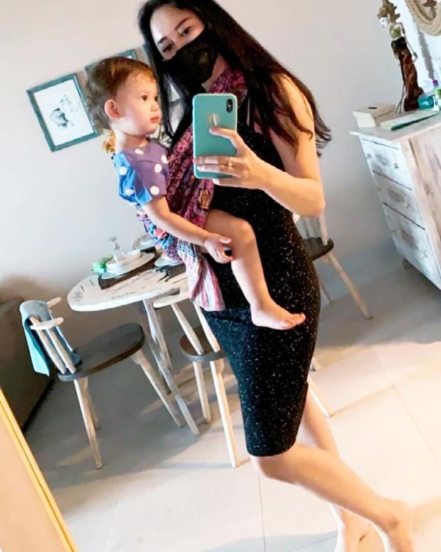 Aura Kasih mirror selfie bersama putri kecilnya/instagram.com/aurakasih