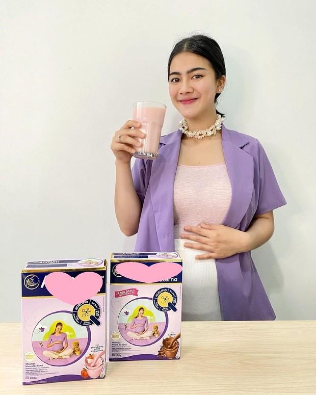 Felicya Angelista meminum susu kehamilan/instagram.com/felicyangelista_