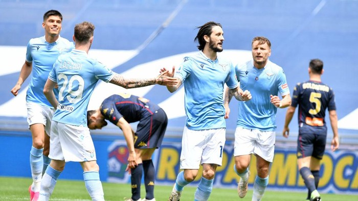 ROME, ITALY - MAY 02: Luis Alberto of SS Lazio celebrate a third goal with his team mates during the Serie A match between SS Lazio and Genoa CFC at Stadio Olimpico on May 02, 2021 in Rome, Italy. Sporting stadiums around Italy remain under strict restrictions due to the Coronavirus Pandemic as Government social distancing laws prohibit fans inside venues resulting in games being played behind closed doors. (Photo by Marco Rosi - SS Lazio/Getty Images)