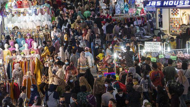 Sejumlah warga memadati Blok B Pusat Grosir Pasar Tanah Abang untuk berbelanja pakaian di Jakarta Pusat, Minggu (2/5/2021). Gubernur DKI Anies mengakui adanya lonjakan pengunjung di pusat tekstil terbesar se-Asia Tenggara tersebut, dari sekitar 35.000 pengunjung pada hari biasa menjadi sekitar 87.000 orang pada akhir pekan ini sehingga pihaknya menyiagakan sekitar 750 petugas untuk menjaga kedisiplinan protokol kesehatan untuk mencegah penularan COVID-19. ANTARA FOTO/Aditya Pradana Putra/foc.