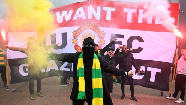 MANCHESTER, ENGLAND - MAY 02: Fans are seen protesting Manchester United's Glazer ownership outside the stadium prior to the Premier League match between Manchester United and Liverpool at Old Trafford on May 02, 2021 in Manchester, England. Sporting stadiums around the UK remain under strict restrictions due to the Coronavirus Pandemic as Government social distancing laws prohibit fans inside venues resulting in games being played behind closed doors. (Photo by Getty Images/Getty Images)