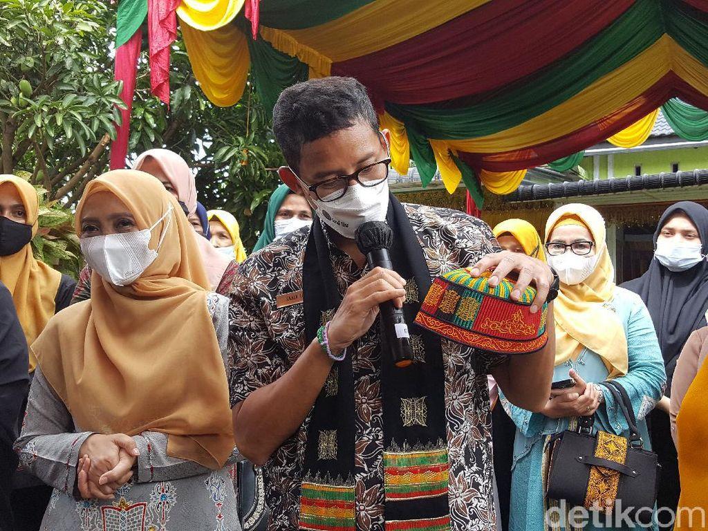 Kunjungi Desa Dayah Daboh, Sandiaga Beli Peci Khas Aceh Mekeutop