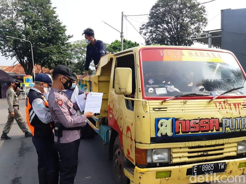 Coba Kelabui Petugas, Pemudik Asal Jakarta Tumpangi Truk ke Kuningan