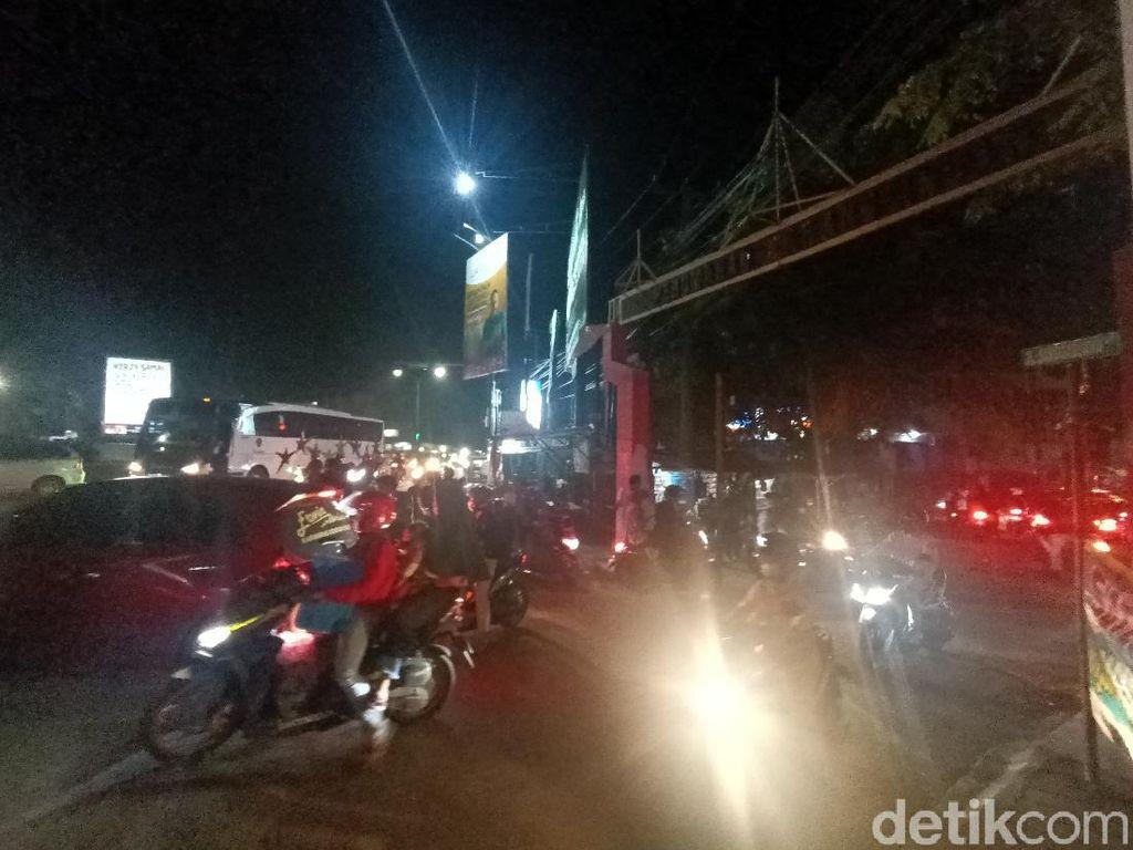 Ratusan Kendaraan Terpaksa Putar Balik Akibat Penyekatan di Karawang Kota