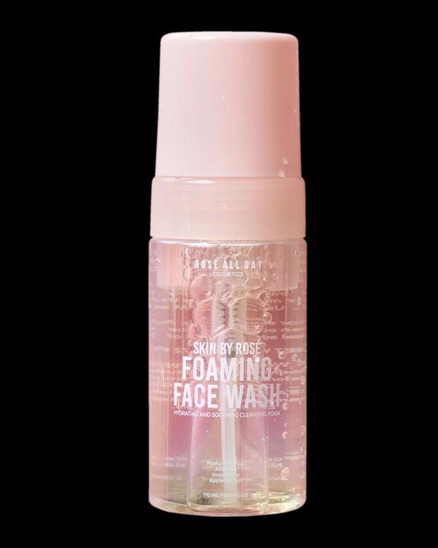 Rose All Day Foaming Face Wash memiliki busa yang lembut dan efektif membersihkan kotoran /roseallday.co