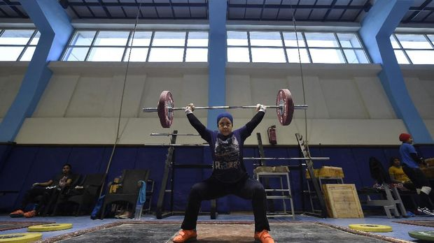 Egyptian female weightlifter Sara Samir, known in competitions as Sara Ahmed, 20, takes part in a training session at the Maadi Olympic centre in Cairo on April 18, 2018. - When weightlifter Samir became the first Egyptian female to win an Olympic medal on stage in 2016, the impact boosted female participation in Egyptian weightlifting championships. (Photo by KHALED DESOUKI / AFP)
