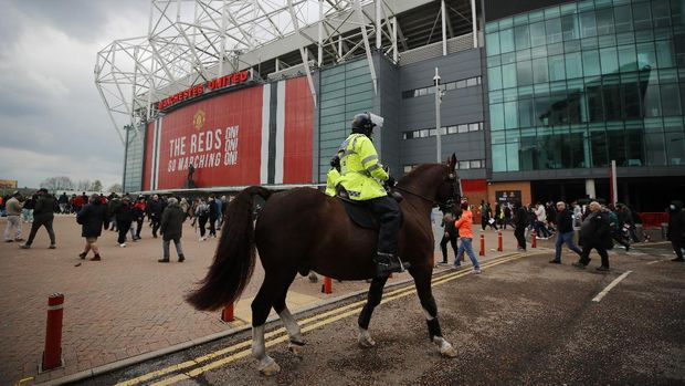 Soccer Football - Manchester United fans protest against their owners before the Manchester United v Liverpool Premier League match - Manchester, Britain - May 2, 2021 General view of a Police horse as Manchester United fans protest against their owners outside the stadium before the match Action Images via REUTERS/Phil Noble