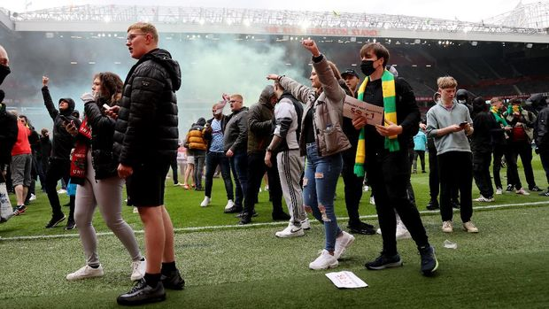 Soccer Football - Manchester United fans protest against their owners before the Manchester United v Liverpool Premier League match - Manchester, Britain - May 2, 2021 Manchester United fans on the pitch in protest against their owners before the match Action Images via REUTERS/Carl Recine