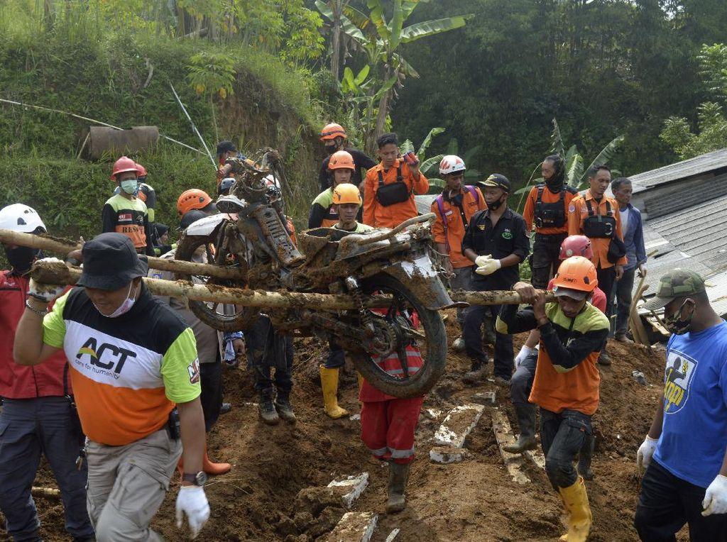 Longsor Terjang Desa Giinanjar Sukabumi