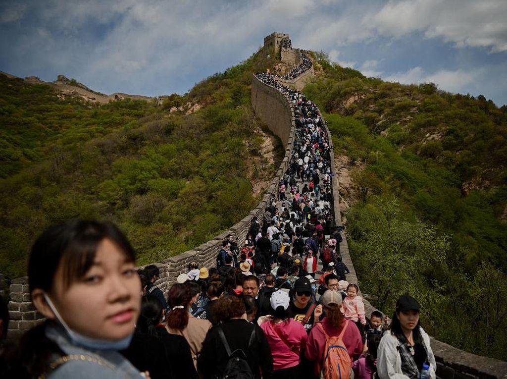 Santuy Tanpa Masker, Wisatawan Banjiri Tembok Besar China