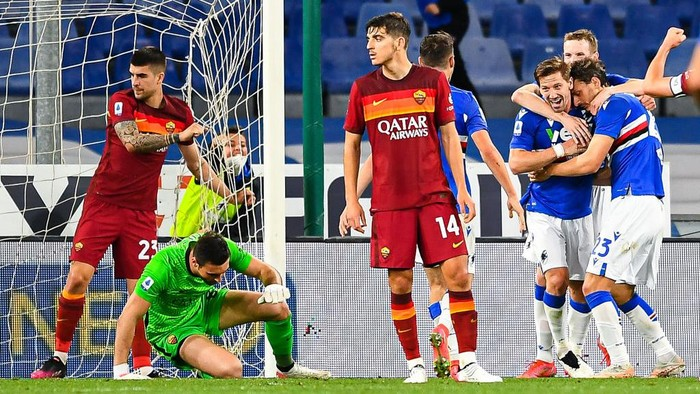 GENOA, ITALY - MAY 2: Adrien Silva of Sampdoria (3rd from R) celebrates with his team-mates after scoring a goal during the Serie A match between UC Sampdoria and AS Roma at Stadio Luigi Ferraris on May 2, 2021 in Genoa, Italy. (Photo by Getty Images)