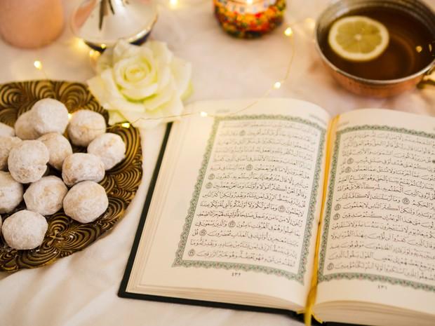 Meski berhalangan untuk membacanya langsung, lantunan ayat Al-Qur'an boleh didengarkan oleh wanita haid dan mengandung pahala di baliknya.