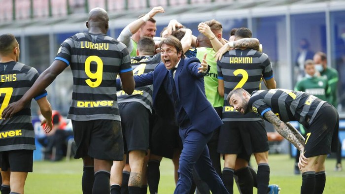 Inter Milans head coach Antonio Conte and players celebrate after Matteo Darmian scored during the Serie A soccer match between Inter Milan and Hellas Verona, at the San Siro stadium in Milan, Italy, Sunday, April 25, 2021. (AP Photo/Antonio Calanni)