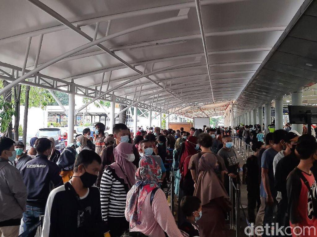 Jelang Larangan Mudik, Warga Antre Panjang Tes GeNose di Stasiun Senen