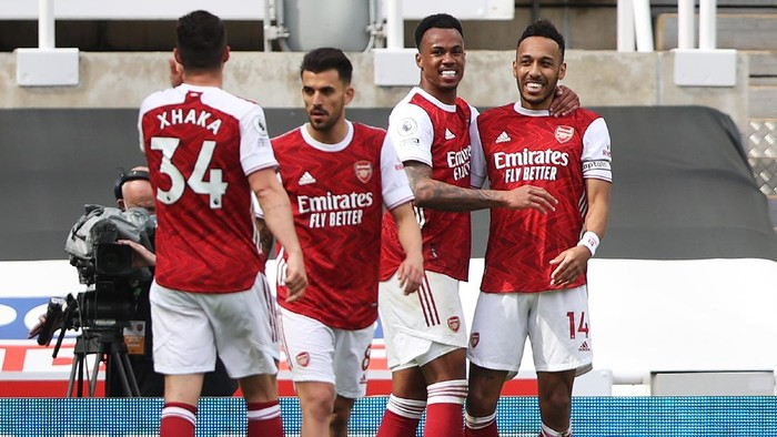 NEWCASTLE UPON TYNE, ENGLAND - MAY 02: Pierre-Emerick Aubameyang (R) of Arsenal celebrates with team mates after scoring their sides second goal during the Premier League match between Newcastle United and Arsenal at St. James Park ></span></p> <p><span style=