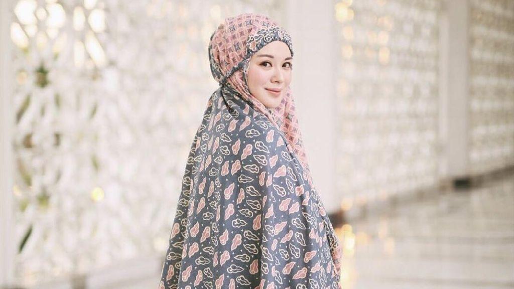 9 Foto Ayana Moon Pakai Mukena, Cantiknya Bikin Adem