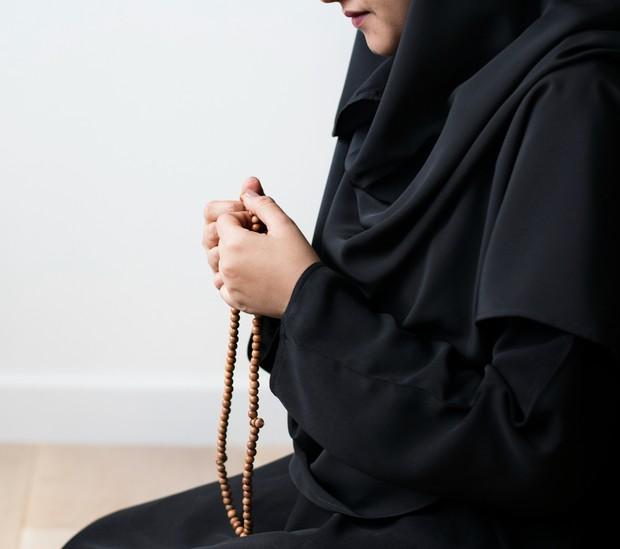 Salah satu malan mudah yang berpahala besar di bulan ramadan merupakan berdzikir dengan menyebut asma Allah.