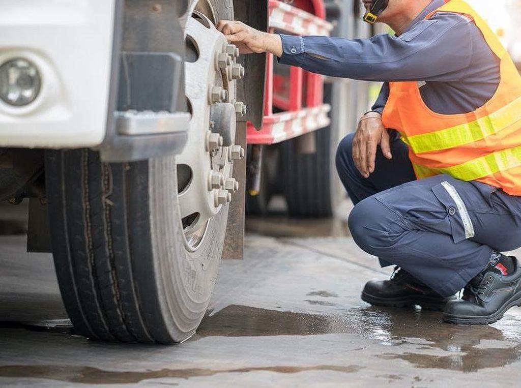 Hindari Kecelakaan Truk & Bus, Perhatikan Dua Kondisi Ban Ini