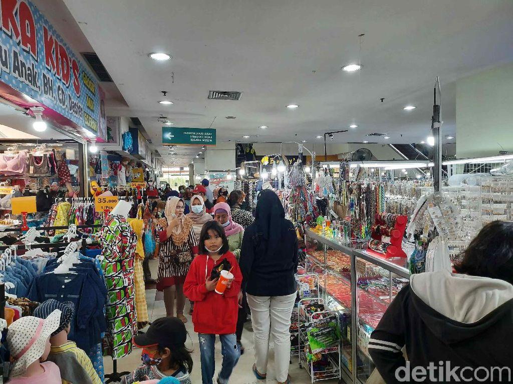 Warga Surabaya Mulai Berburu Diskon di DTC Wonokromo