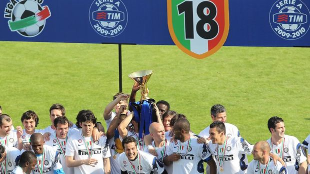 SIENA, ITALY - MAY 16: Inter Milan players celebrate winning the Serie A Scudetto after the Serie A match between AC Siena and FC Internazionale Milano at Stadio Artemio Franchi on May 16, 2010 in Siena, Italy.  (Photo by Gabriele Maltinti/Getty Images)