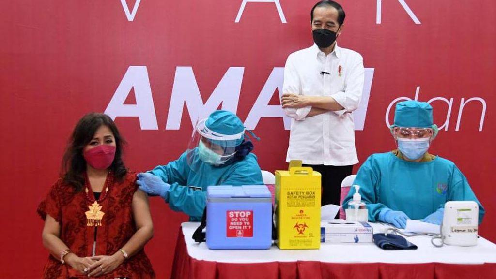 Jokowi Pantau Vaksinasi Pedagang di Thamrin City