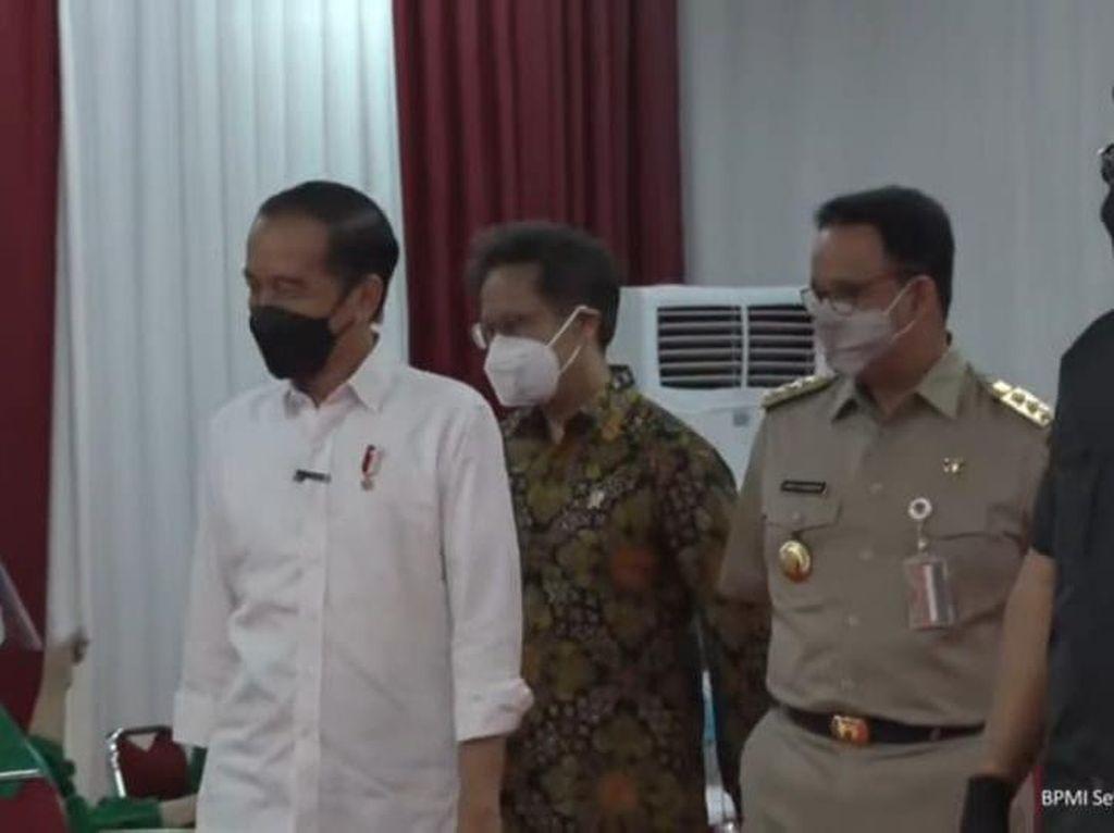 Jokowi Bareng Anies Tinjau Vaksinasi Pedagang, Ingatkan Pakai Masker
