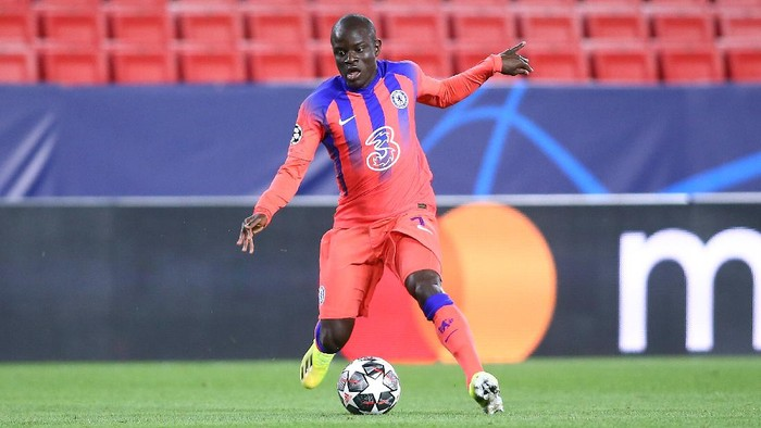 SEVILLE, SPAIN - APRIL 07: NGolo Kante of Chelsea FC in action during the UEFA Champions League Quarter Final match between FC Porto and Chelsea FC at Estadio Ramon Sanchez Pizjuan ></span></p> <p><span style=