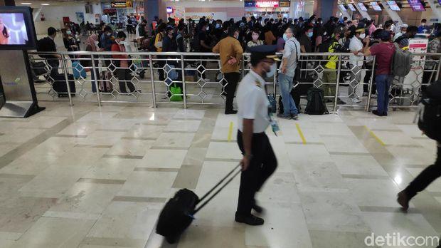 Kepadatan di Bandara Sultan Hasanuddin Makassar 2 hari jelang pelarangan mudik (Bakrie/detikcom).
