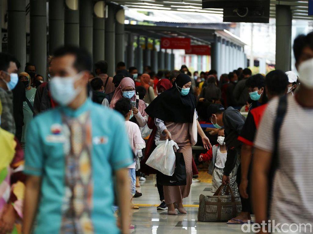 Stasiun Pasar Senen Ramai Jelang Pengetatan Larangan Mudik