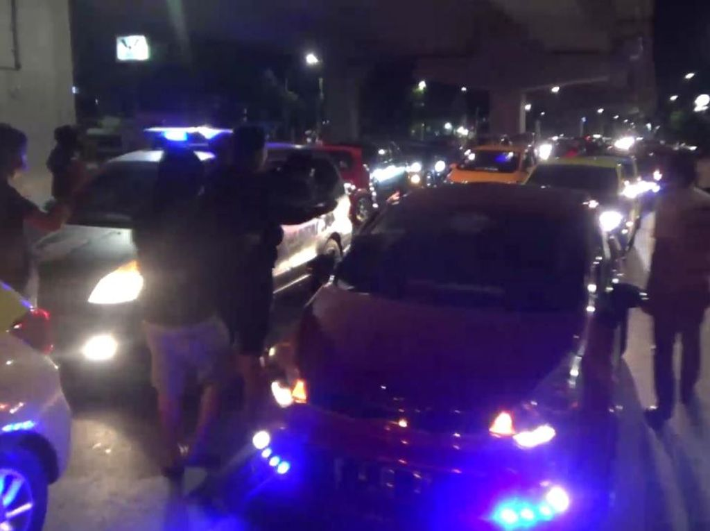 Polisi Bubarkan Konvoi Mobil Sahur on The Road di Makassar