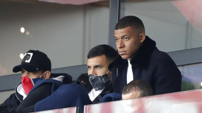 PSGs Kylian Mbappe, right, attends the French League One soccer match between Paris Saint-Germain and Lens at the Parc des Princes stadium in Paris, France, Saturday, May 1, 2021. (AP Photo/Thibault Camus)